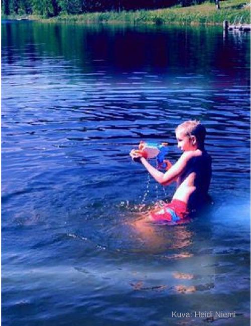 Aholanraitin-vuokramökit-vesisota-kesäloma