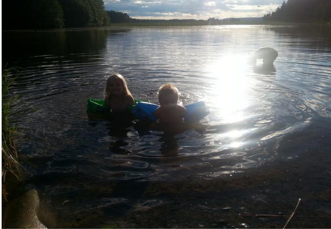 Aholanraitin-vuokramökit-uimassa-ilta-aurinko