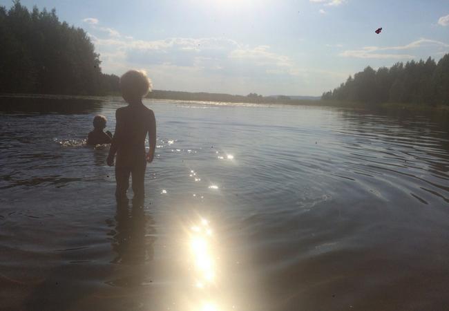 Aholanraitin-vuokramökit-mökkiloma-ranta-illalla